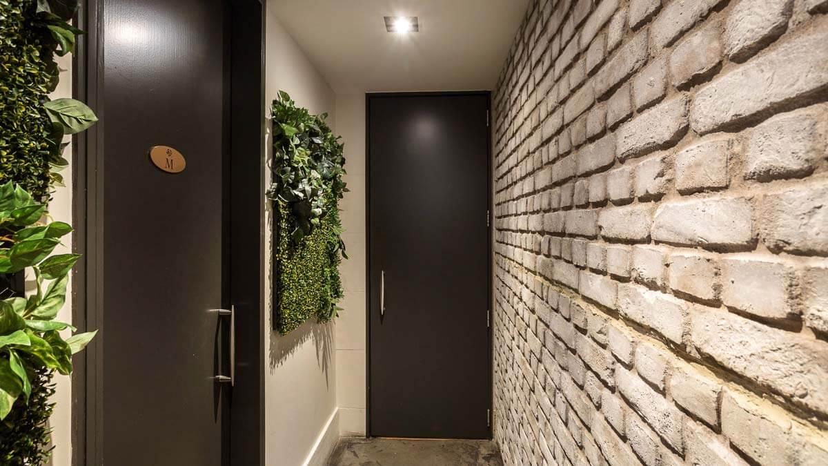 white loft brick wall hallway - muros