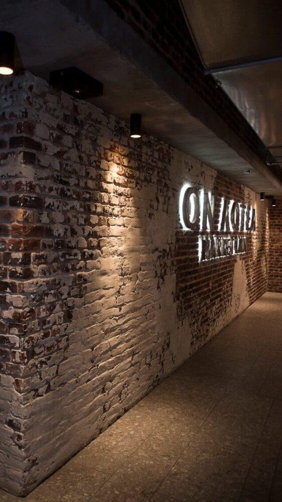faux rustic loft brick hallway - muros
